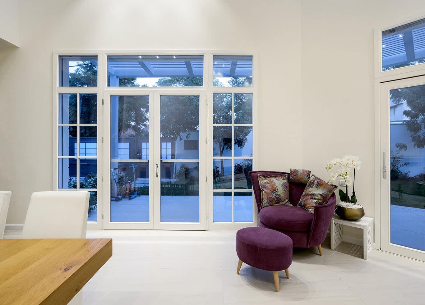 פרויקט בית בשרון - קונטור חלונות ודלתות מעוצבים