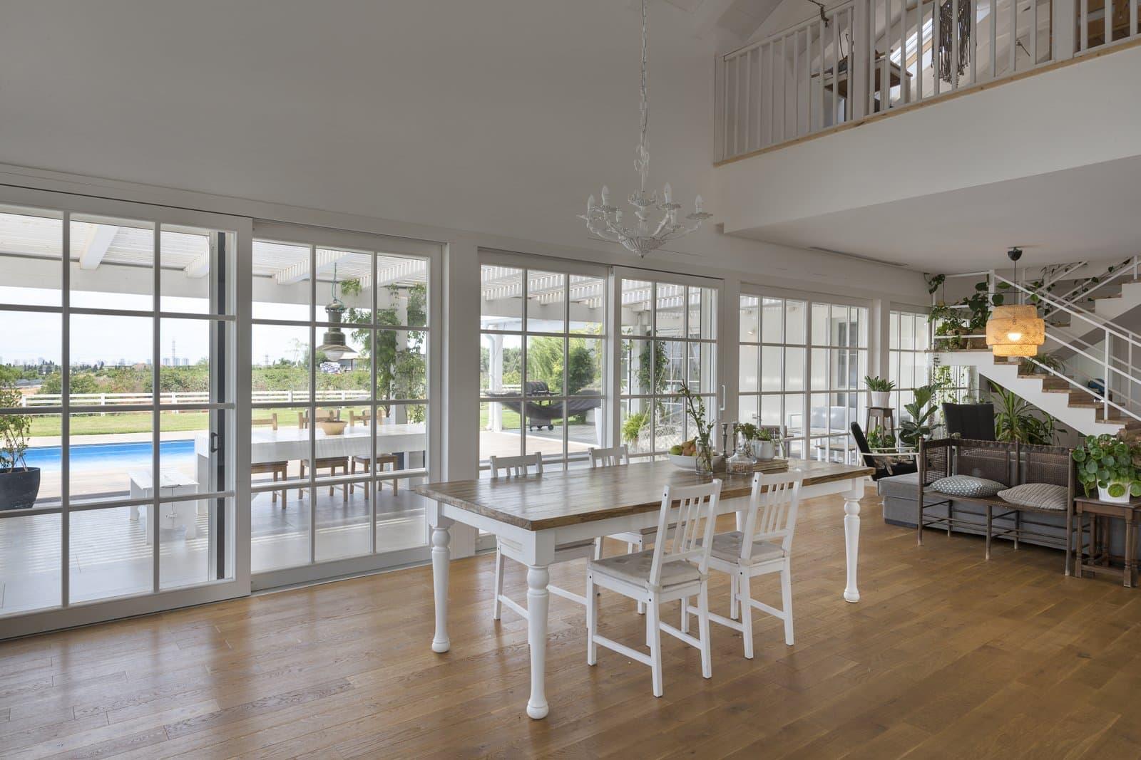 ויטרינה מעץ מבודד - CONTOUR חלונות